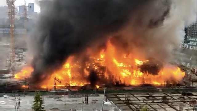 成都南城都汇附近一工地发生火灾