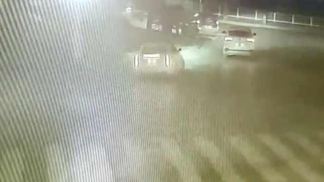 他追尾伤人弃车而逃,隔天投案自首