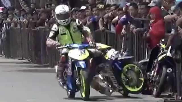 印尼摩托车比赛,疯狂选手互相伤害