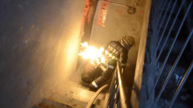90后消防员抱火冲下7楼:心里也怕