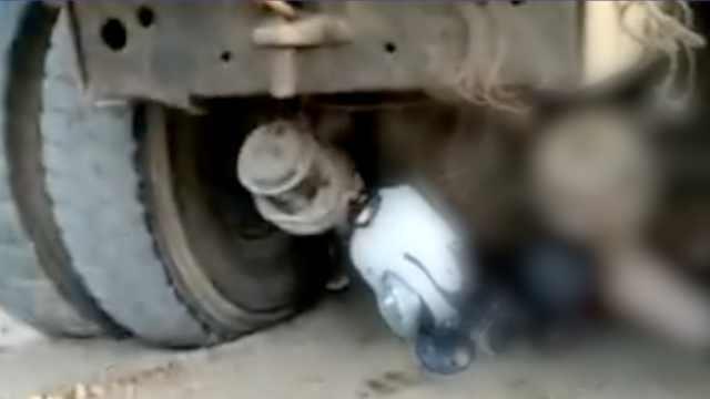 货车倒车,车后2女子被卷轮下压死