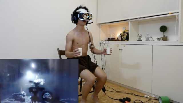 日本作死小哥,端热水玩恐怖VR游戏