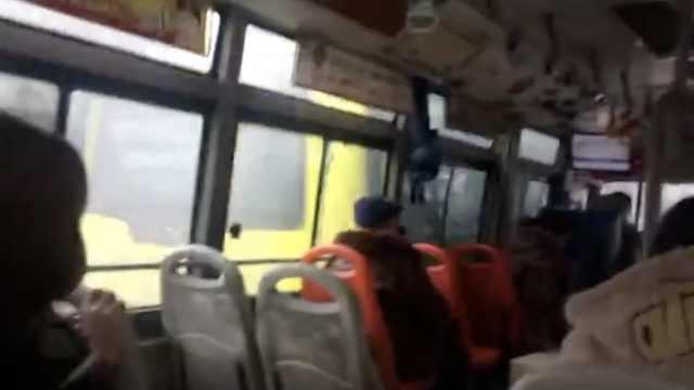 好任性!两公交车斗气互追,撞在一起