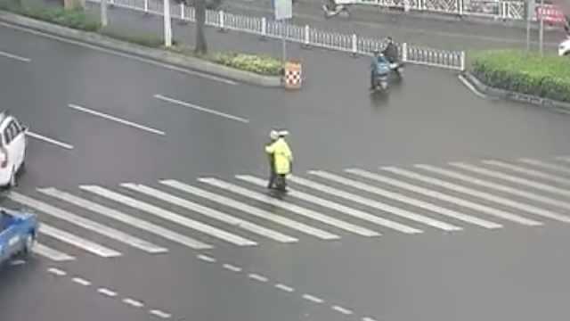 暖心!老人蹒跚过马路,民警赶紧搀扶