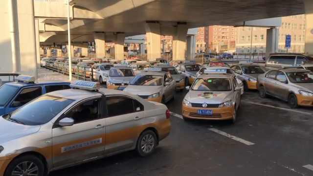 数百出租车排长龙加气:等一次2小时