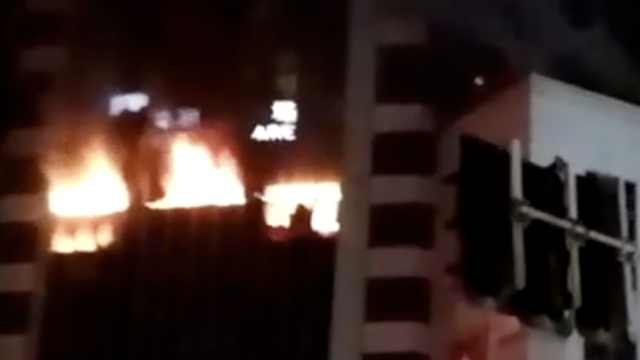 火光冲天!上海浦东一商场突发火灾