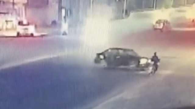 小车撞倒摩托,犹豫片刻后迅速逃逸
