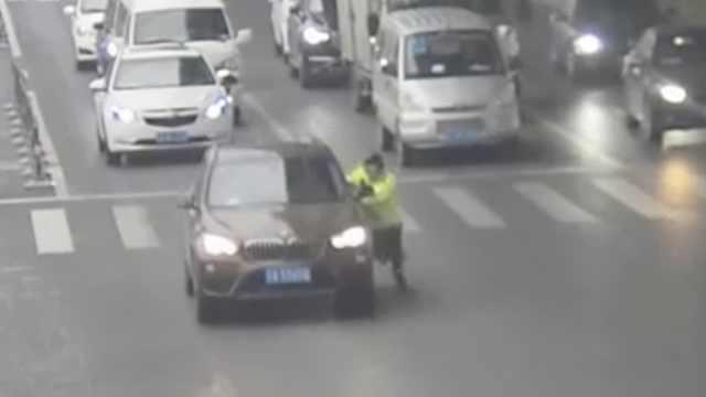 宝马车主拖行辅警,辩称以为遭抢劫