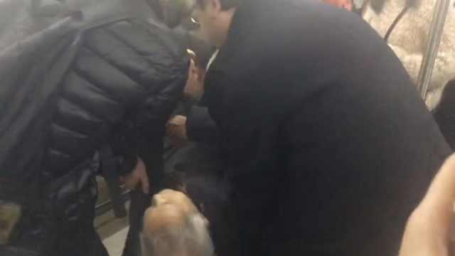 老人突然昏倒车厢,乘客们这样做…