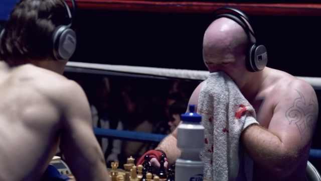 国际象棋拳击赛,边流鼻血边下棋