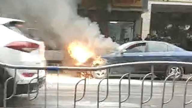 南充一轿车行驶途中自燃
