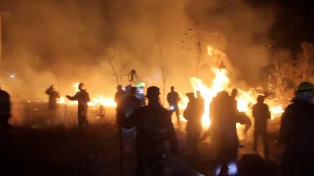 四川突发山火,烧了一座山,百人扑救