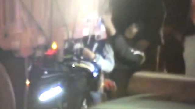 俩少年骑电驴追尾货车,窜车底被困