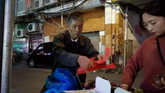 七旬老人卖水果:凌晨一点才回家