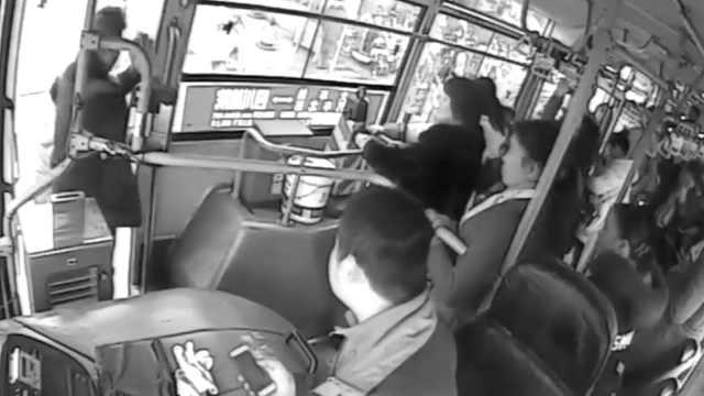 女乘客突然晕倒,公交车秒变救护车