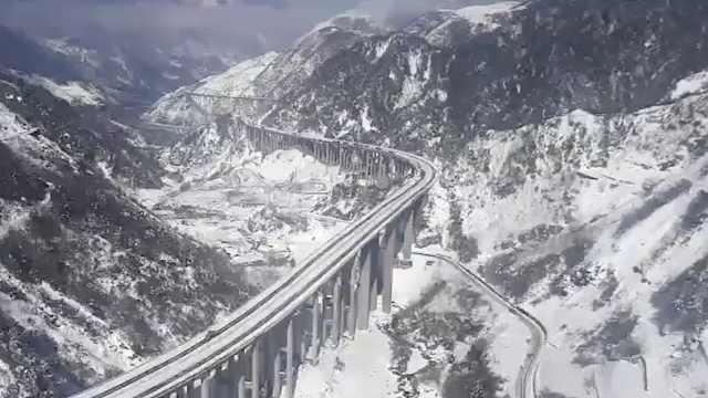 雅西高速遇最强降雪 民警奋力除雪