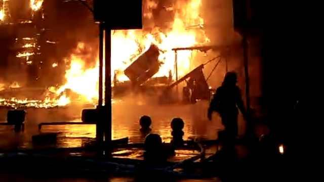 湖南双峰一超市突发大火,烧垮招牌
