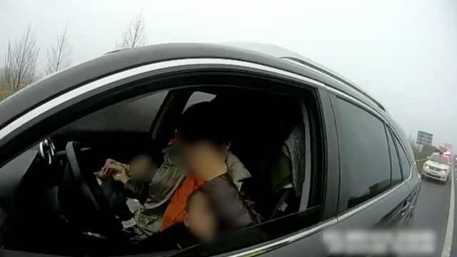 她带2娃上高速,违规停车给娃喂奶