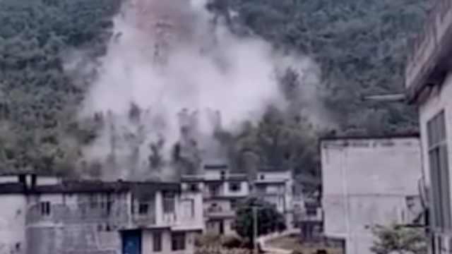 惊险!山体滑坡,巨石砸中8户村房