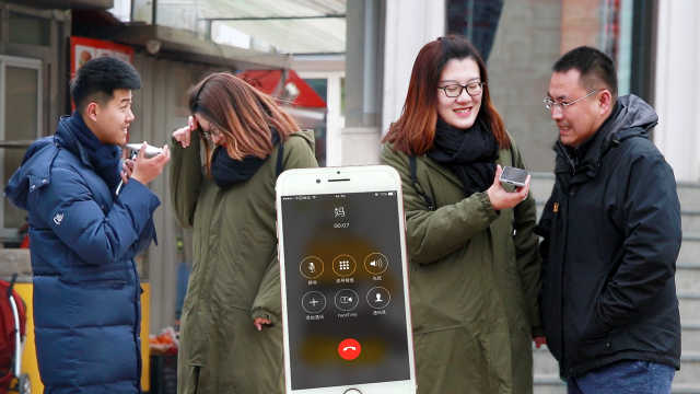 街头测试:找人假扮男友给妈打电话