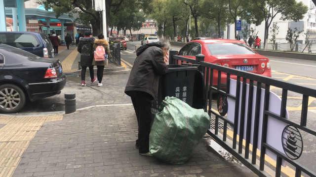 老人拾荒度日,捡烟头抽了40年