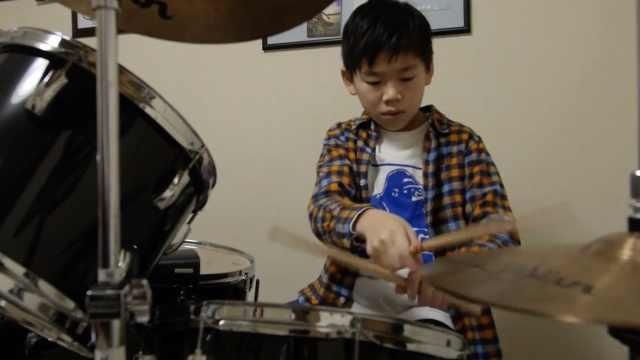 励志!双目失明的11岁男孩想做鼓手