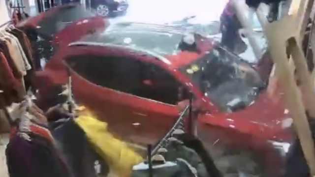 惊险!小车冲进店,把店员撞墙上