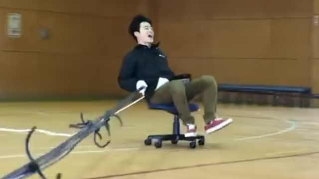 日本作死小哥,坐着转椅撞纸箱