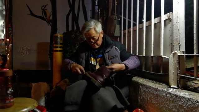 六旬老人路边修鞋,为减轻孩子负担