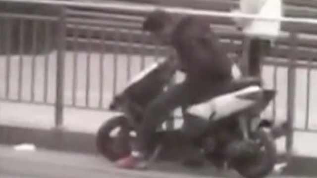 """男子街头偷车被抓,辩称""""捡的"""""""