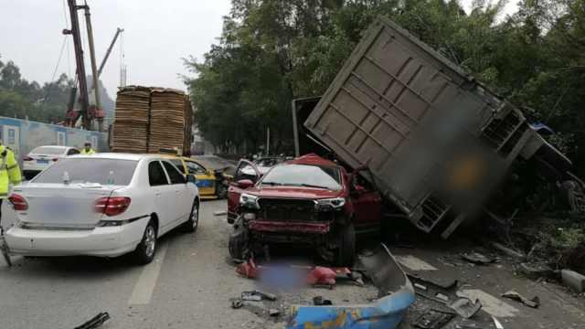 货车冲进等红灯车队,撞5车致3人伤