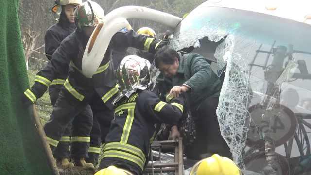 客车侧翻32乘客被困,消防砸窗营救