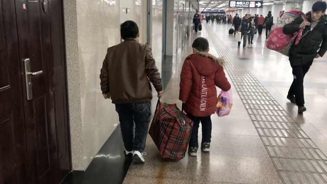 残疾父亲春节去打工,7岁娃分担行李