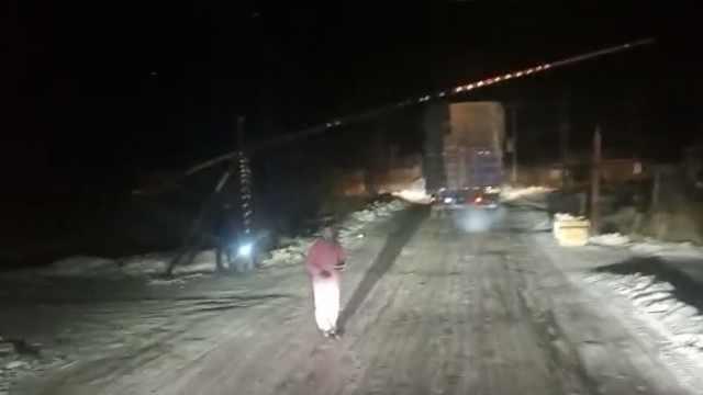 村民设栏杆收过路费,每台货车20元