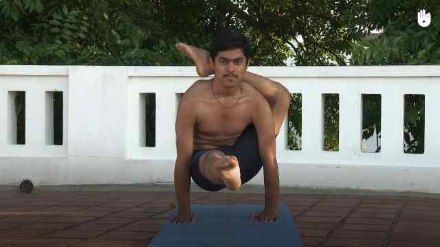 印度古式瑜伽教学:单腿绕头式