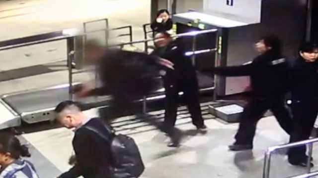 闯安检赶火车,男子撒气砸碎取票机