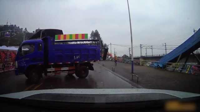 吓!雨天货车打滑甩尾,险撞小轿车