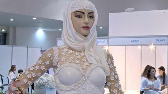 迪拜奢华蛋糕和人等高,值百万美元