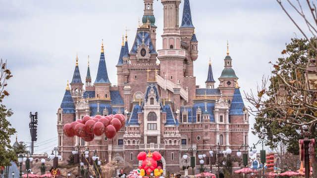 迪士尼年前火爆!票售罄,排队4小时