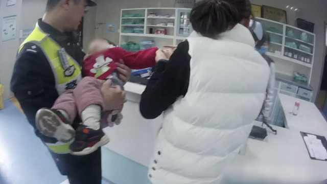 女童发病母急哭,交警抱娃飞奔送医