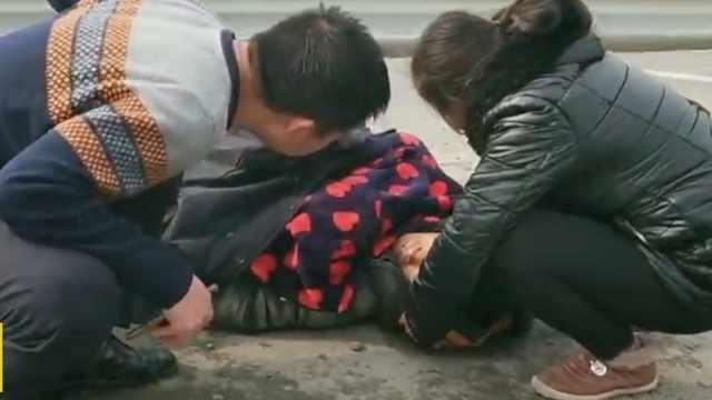 两人被撞倒地民警脱警服为其取暖