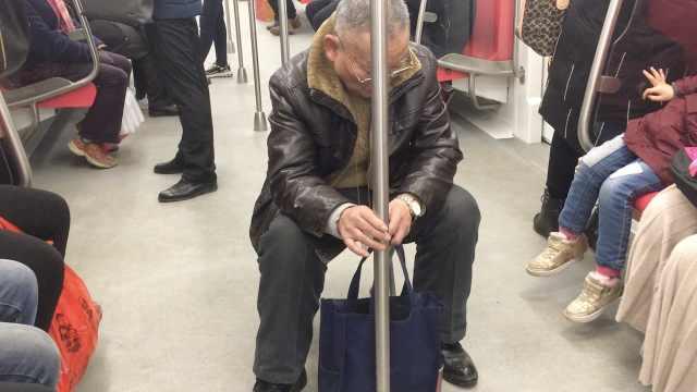 7旬翁带板凳坐地铁,斥小年轻不让座