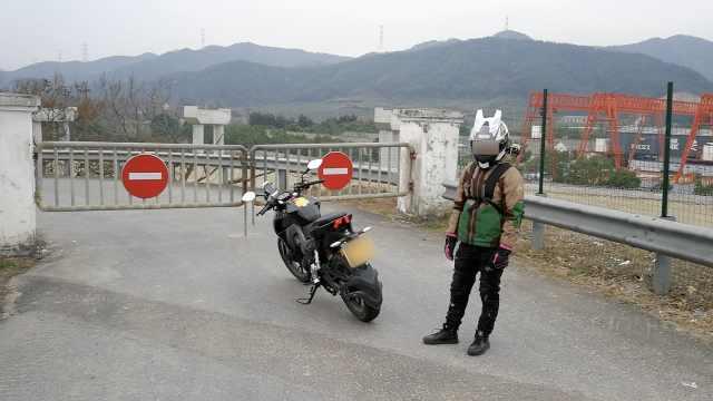 小伙骑摩托高速狂奔:导航带我走的