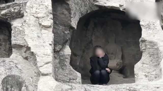 惊!游客爬到龙门石窟洞内搔首拍照