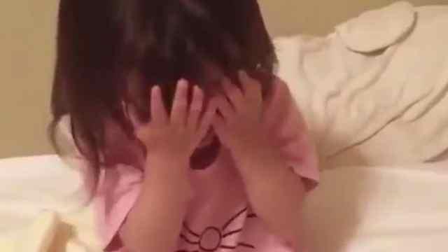 小姑娘唱歌和捂脸害羞的样子太萌了