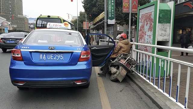 的士开门伤人,司机追乘客回来担责