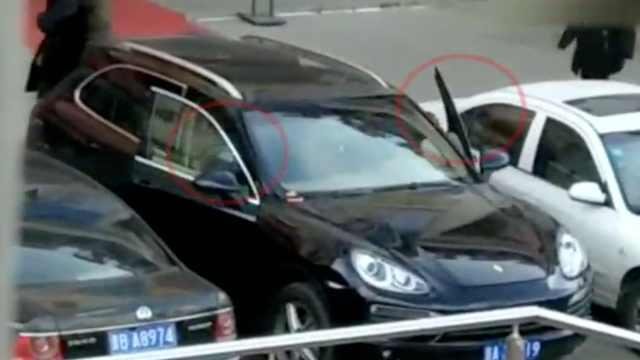 2男子干扰司机锁车门盗窃,被抓现行