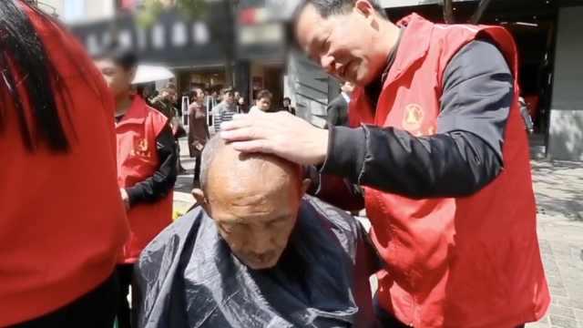 志愿者学雷锋,免费为流浪汉理发