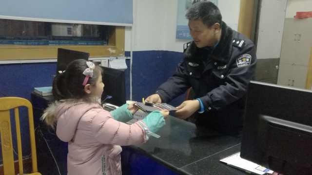 她丢钱包不自知,小学生捡到交警察