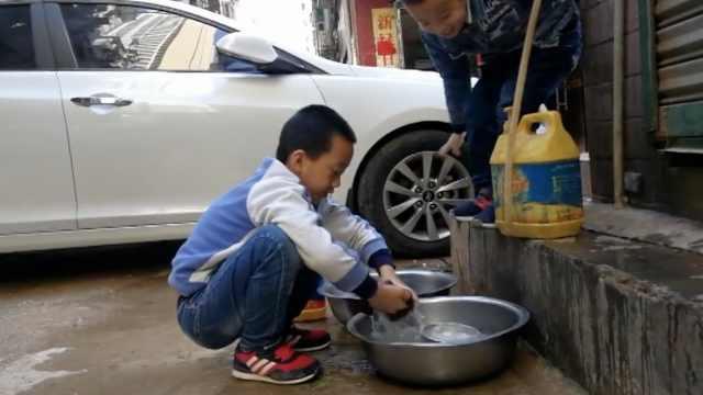 乖巧!男童门口洗碗,放假来帮父母